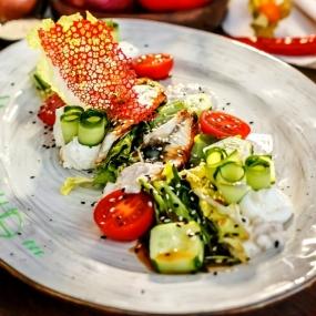 Микс зелёного салата с угрём и ореховым соусом