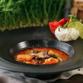 Суп в тайском стиле с цыпленком и тигровой креветкой
